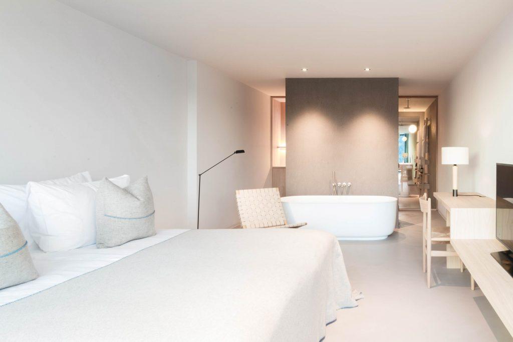 Die Zimmer des Hotel Schgaguler mit freistehender Badewanne, Schreibtisch und Lounge Chair