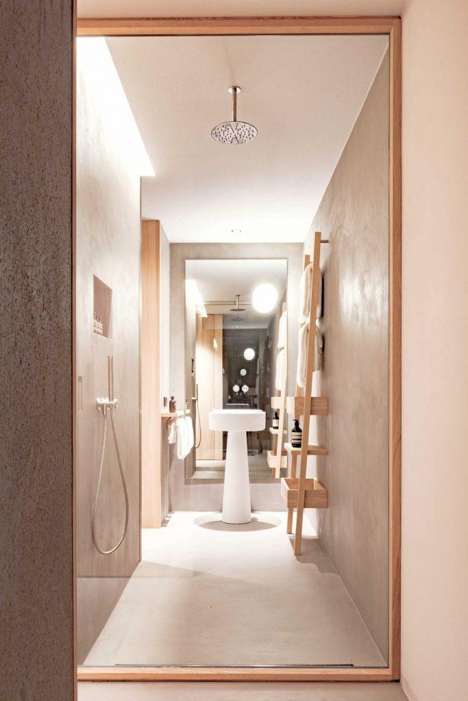 Blick in das abgetrennte Badezimmer der Classic Rooms im Hotel Schgaguler