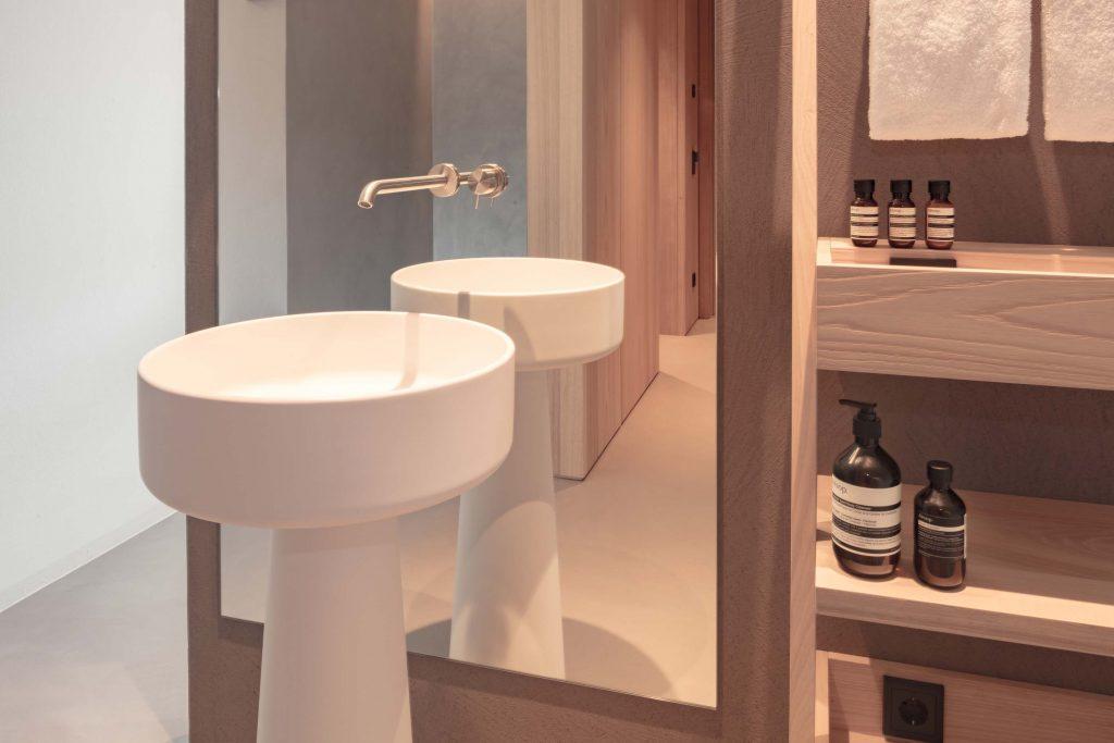 Freistehendes Waschbecken im Badezimmer im Hotel Schgaguler in Südtirol