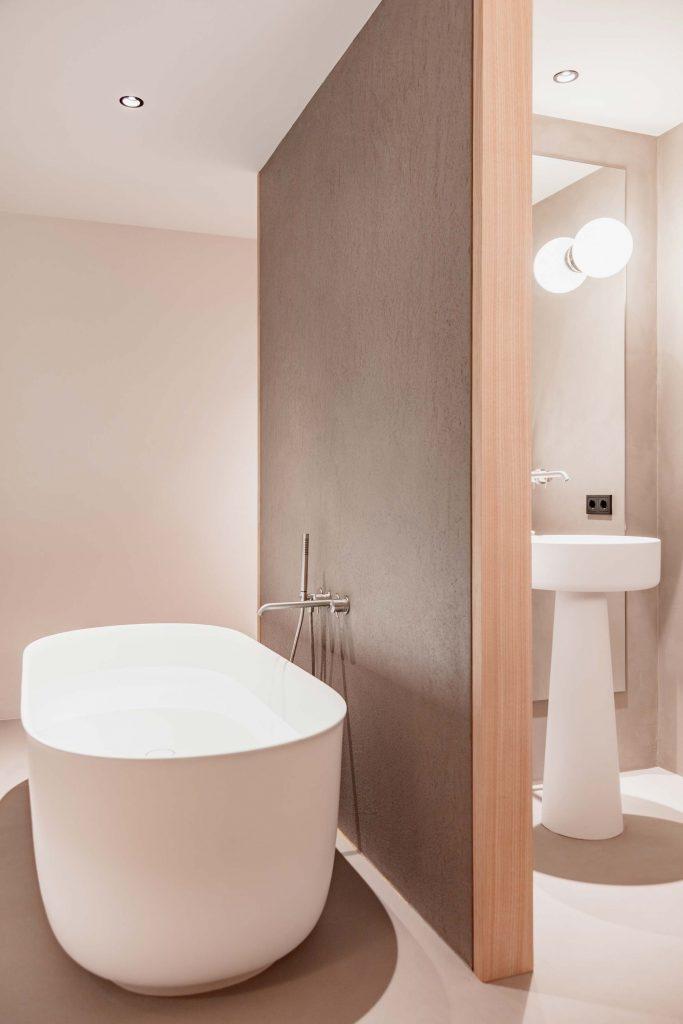 Freistehende Badewanne und das Hauptbadezimmer der Familiensuite im Boutique Hotel Schgaguler
