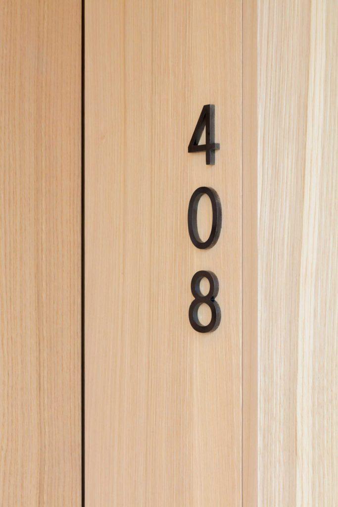Die Zimmernummer am Türstock der Familiensuite im Boutique Hotel Schgaguler in Südtirol