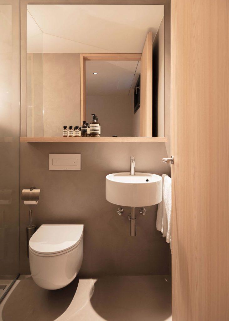 Das Zweite Badezimmer der Townsuite im Boutique Hotel Schgaguler mit eigener Dusche und WC.