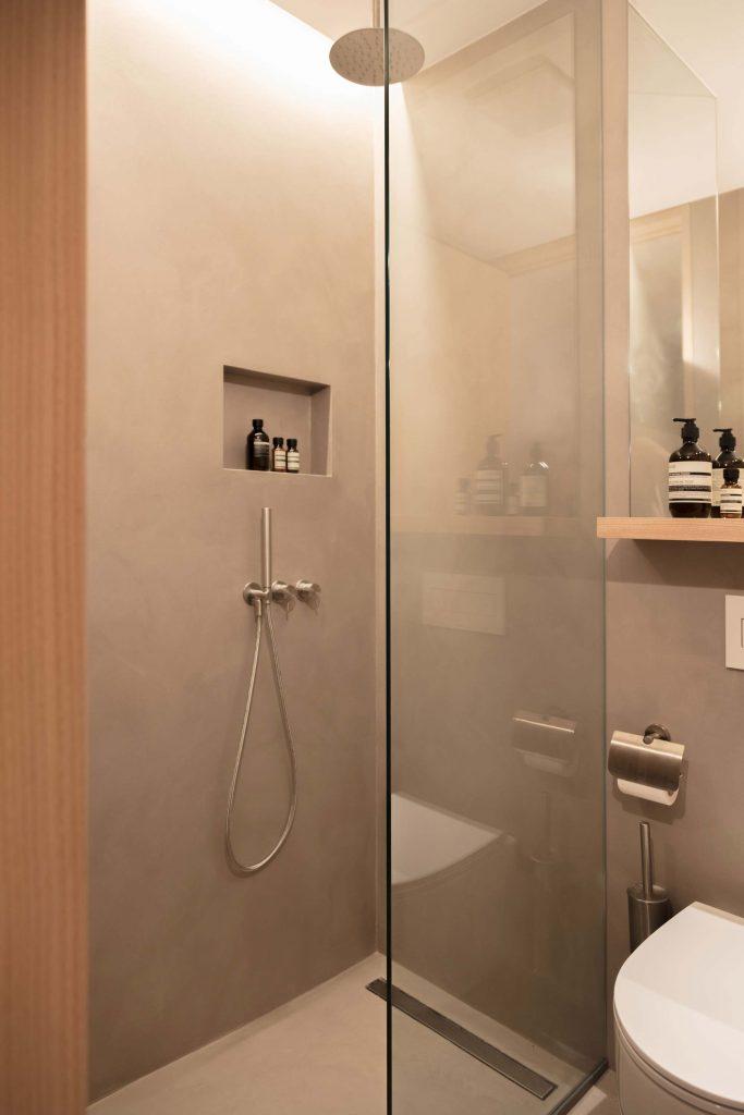 Die Dusche im zweiten Badezimmer der Familiensuite