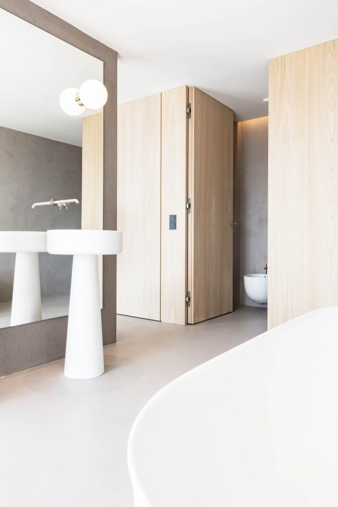 Das Badezimmer der Familien Suite mit freistehender Badewanne