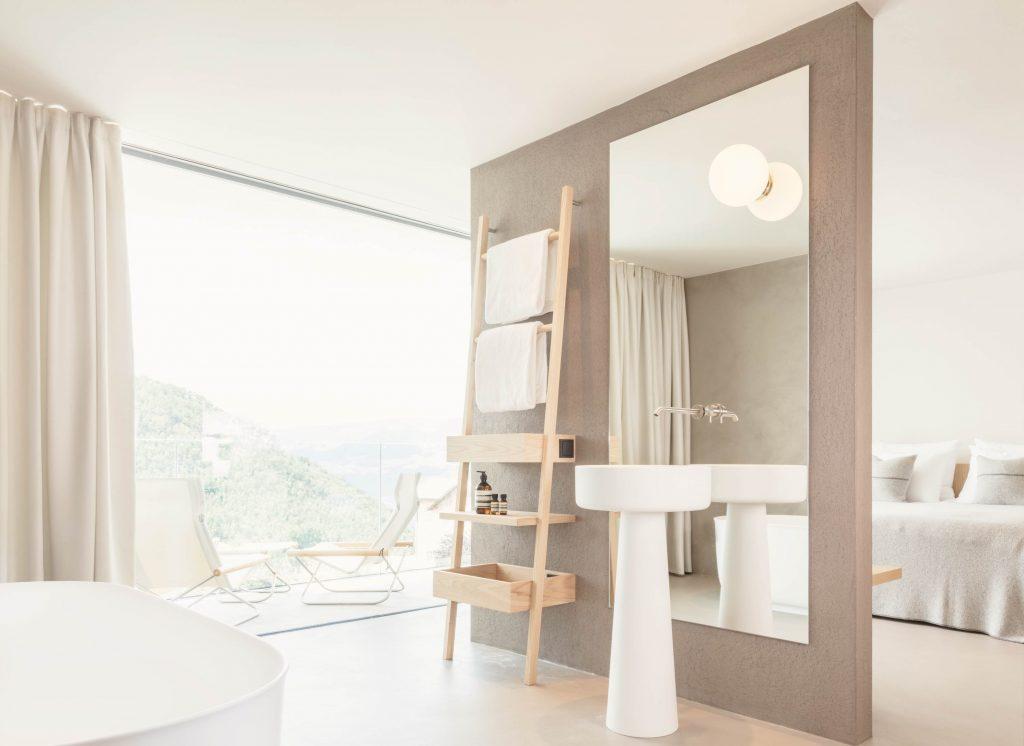 Badezimmer mit freistehender Badewanne direkt am Fenster im Boutique Hotel Schgaguler