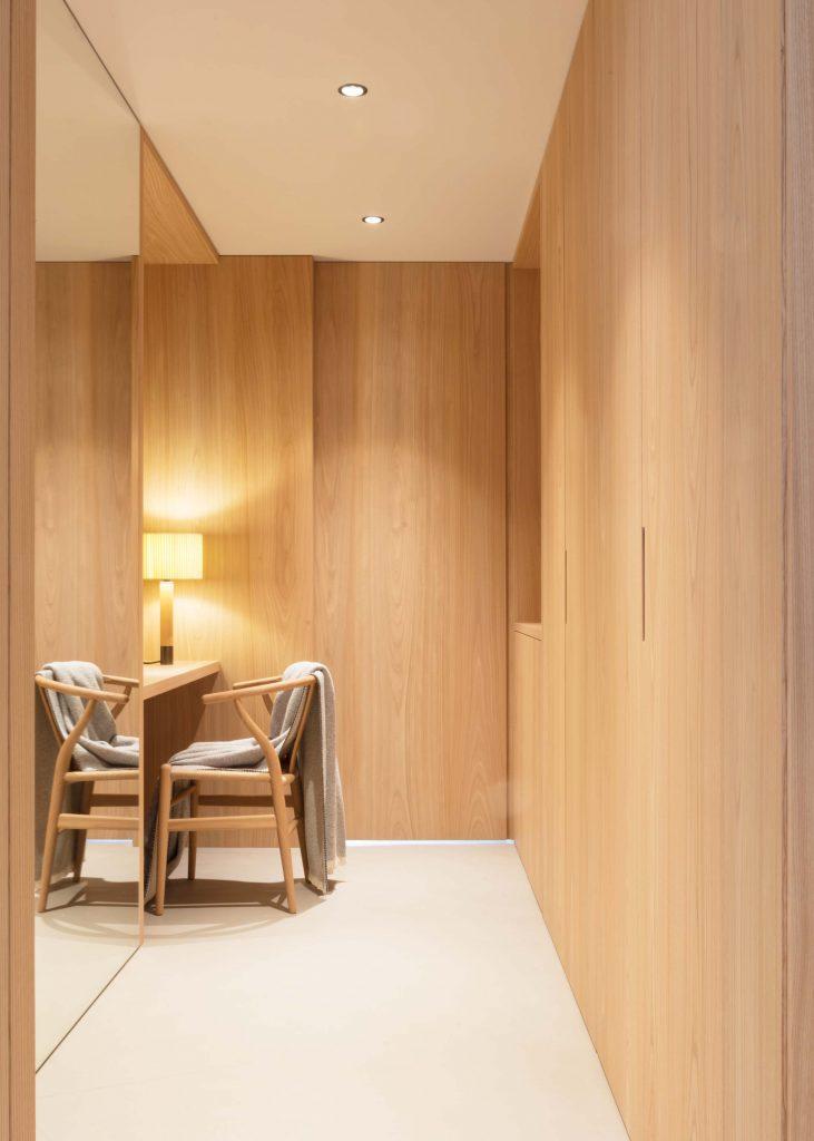 Begehbarer Schrank mit Schreibtisch in der Familien Suite im Hotel Schgaguler