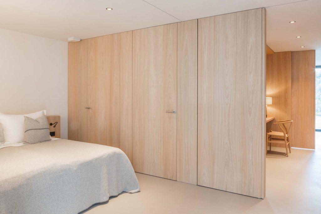 Zweites Schlafzimmer der Familiensuite mit Doppelbett