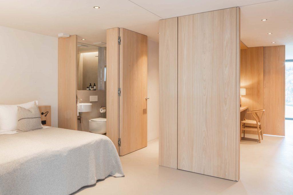 Das Zweite Schlafzimmer der Suite mit eigenem Schrank und Badezimmer für Familien