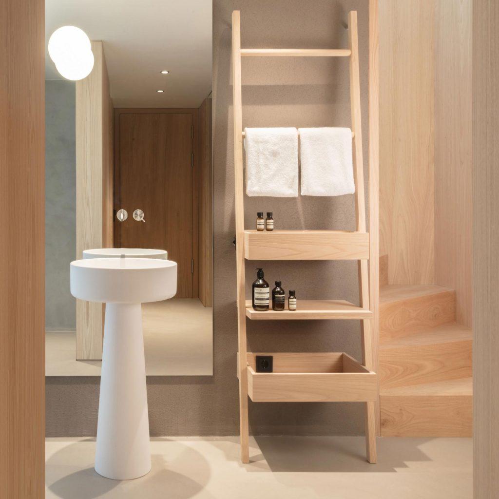 Offenes Badezimmer der Giebelsuite im Hotel Schgaguler nahe dem Grödnertal