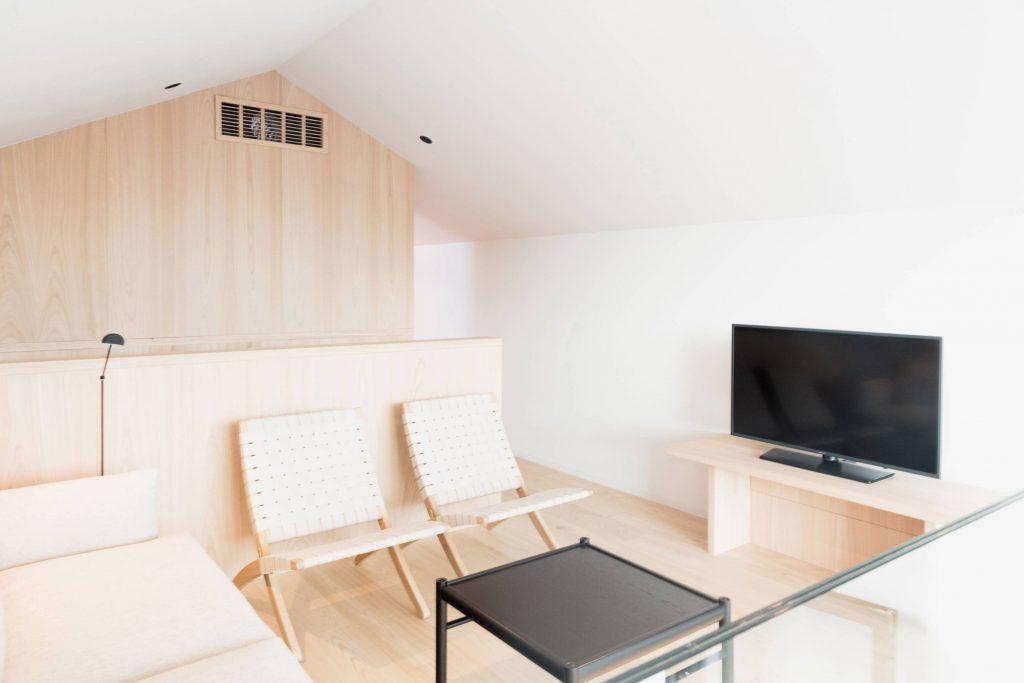 Wohnbereich in der Giebel Suite für vier Personen im Boutique Hotel Schgaguler
