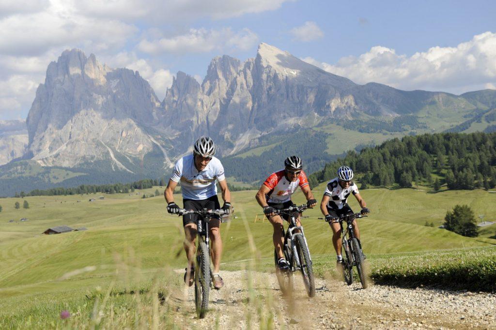 Moutainbiker in den Dolomiten auf der Seiser Alm