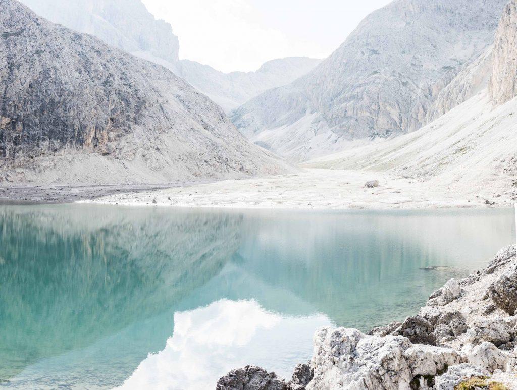 Tiefblauer Bergsee in den Dolomiten