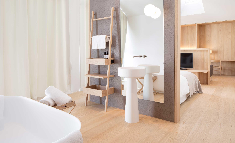 Das Schlafzimmer der Suite im Hotel Schgaguler mit Blick auf das Zentrum von Kastelruth