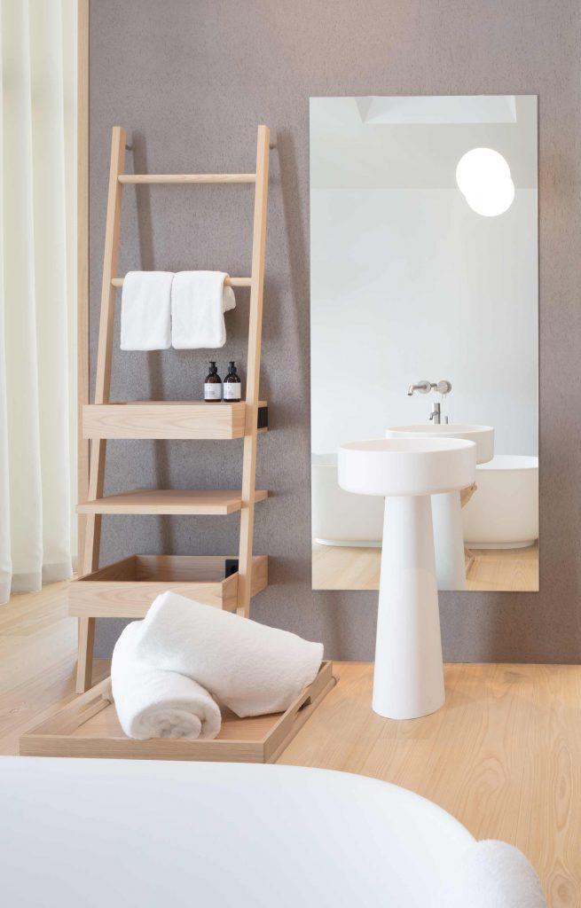 Die Townsuite des Hotel Schgaguler mit freistehender Badewanne und Blick auf den Kirchturm von Kastelruth