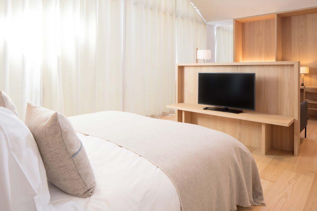 Zimmeransicht der Town Suite im Boutique Hotel Schgaguler - Bett mit Handgemachten Decken aus Merino Wolle.