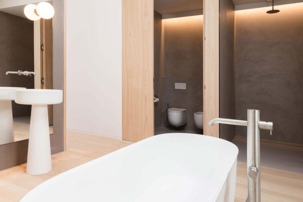 Das Badezimmer mit freistehender Badewanne im Hotel Schgaguler