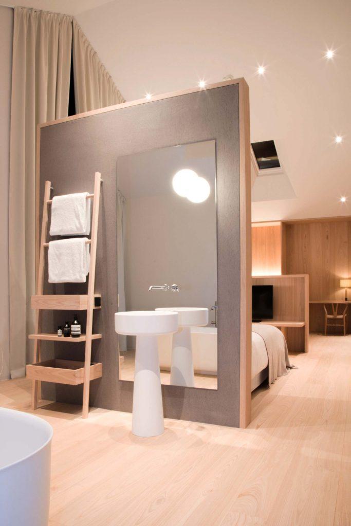 Offenes Badezimmer mit freistehendem Waschbecken der Townsuite im Hotel Schgaguler