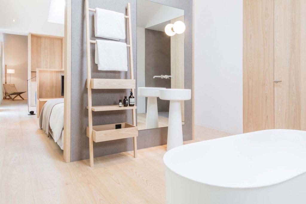 Das Offene Badezimmer mit freistehender Badewanne in der Townsuite des Hotel Schgaguler