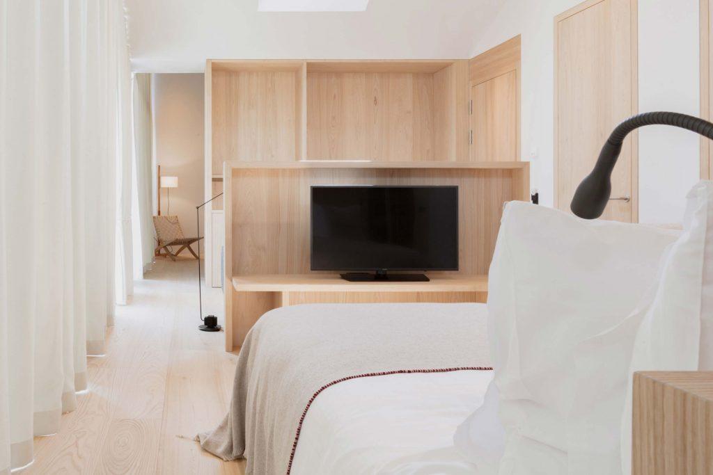 Bett mit Handgemachten Decken aus Merino Wolle im Boutique Hotel Schgaguler