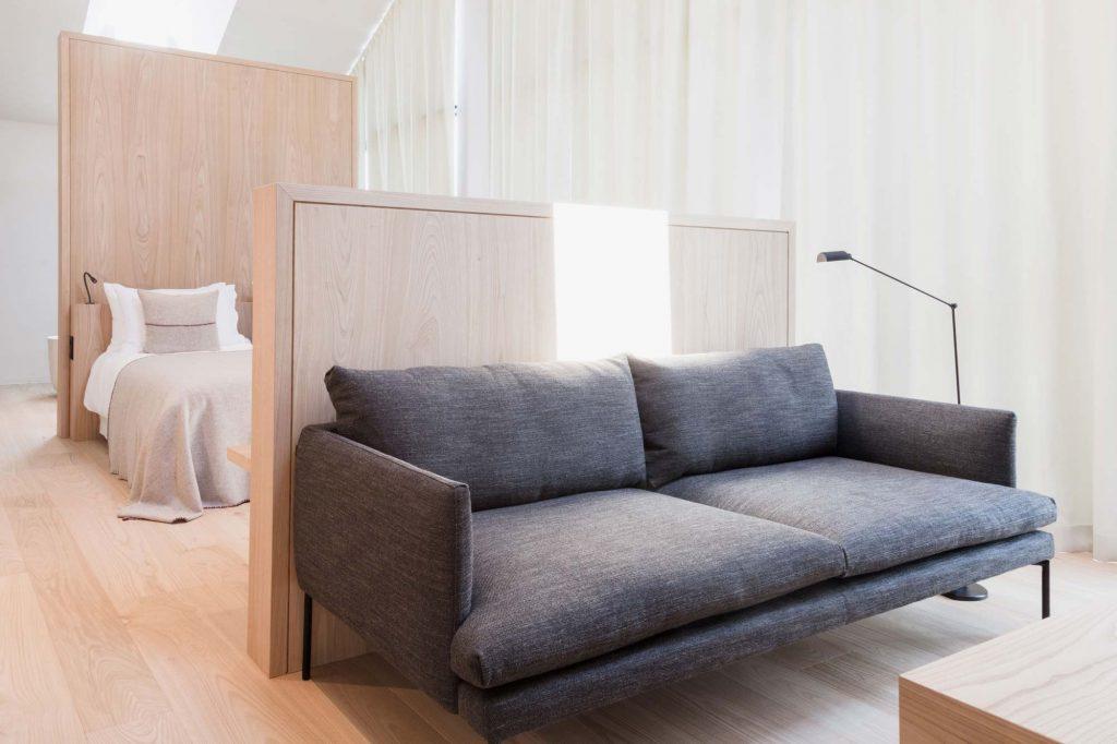 Wohnbereich mit Sofa und Sesseln in der Town Suite des Hotel Schgaguler