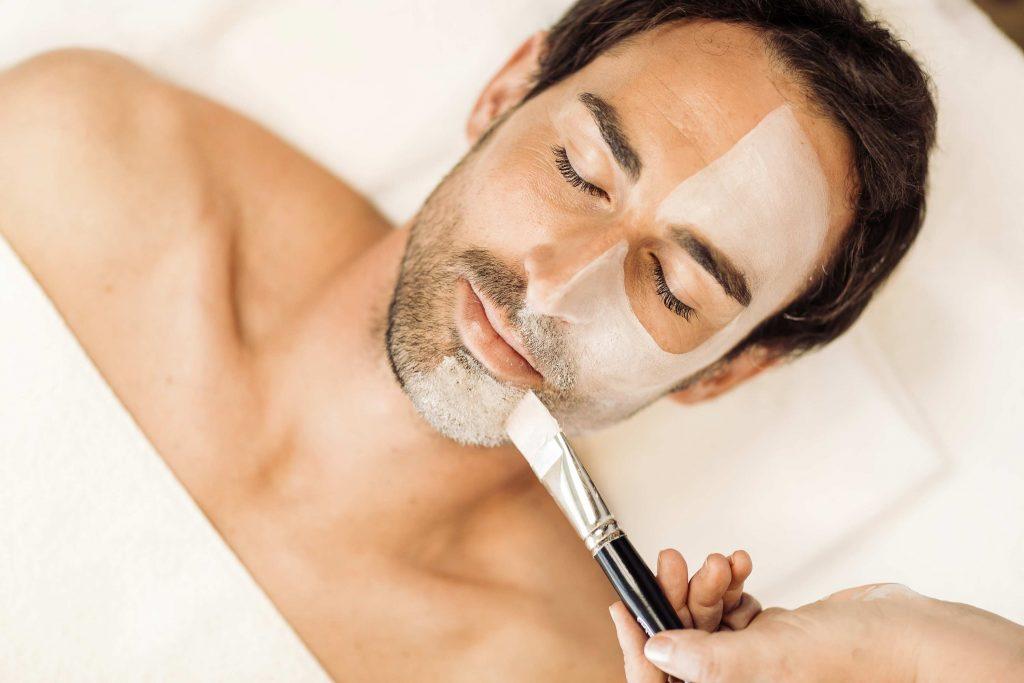 Applicazione la maschera facciale