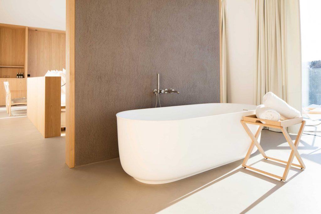 Badezimmer im Boutique Hotel auf der Seiseralm mit freistehender Badewanne und Bergblick